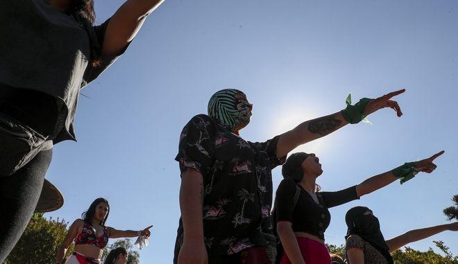 """Γυναίκες στη Χιλή χορεύουν το """"ο βιαστής είσαι εσυ""""."""