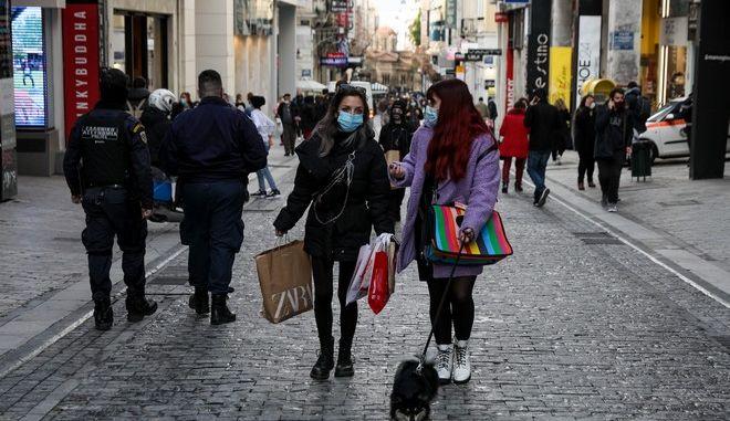 Ανοιχτά καταστήματα και ψώνια στην Ερμού κατά τη διάρκεια του lockdown