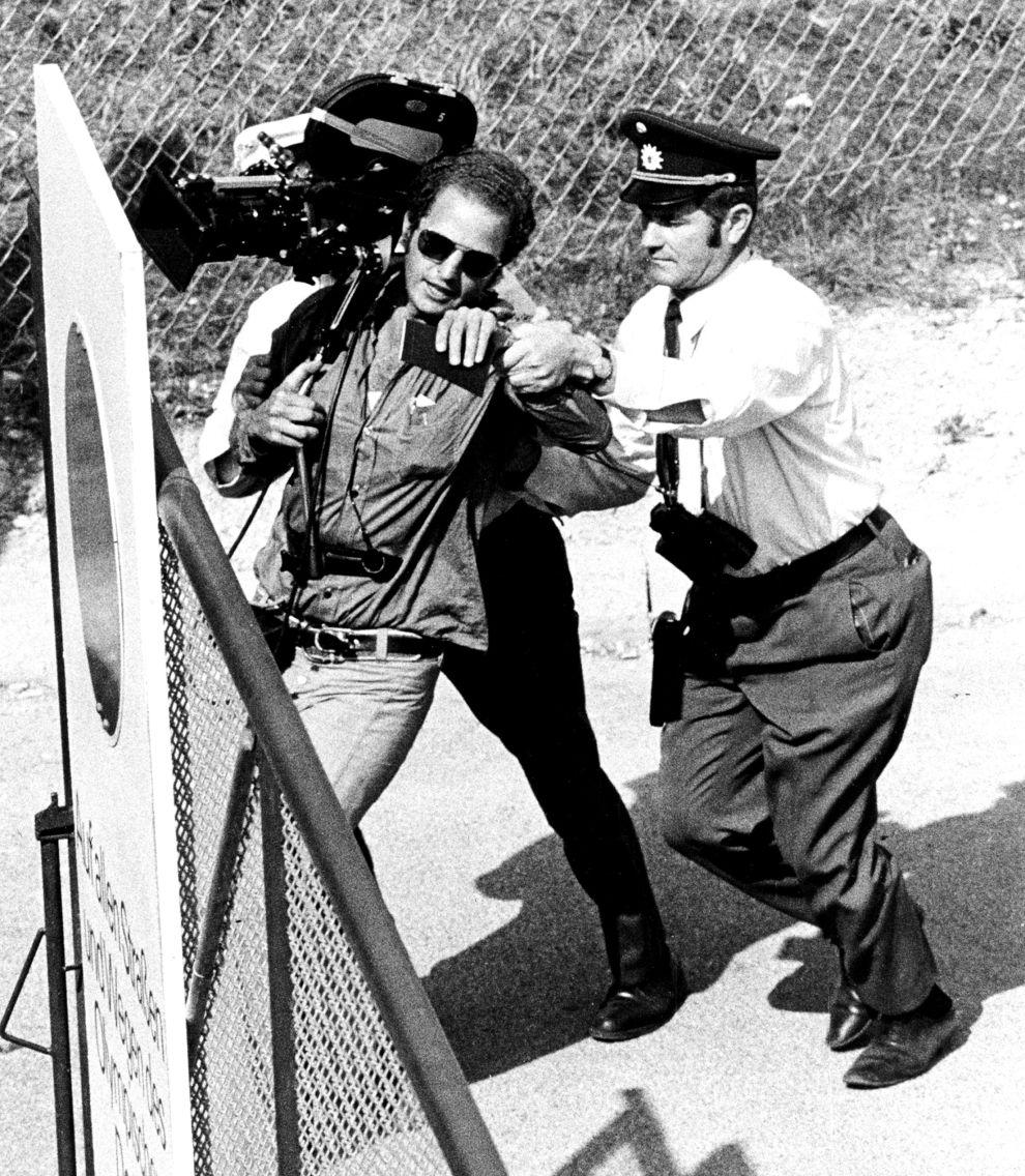 Αστυνομικοί απομακρύνουν κάμεραμαν από τον χώρο του Ολυμπιακού Χωριού κατά τη διάρκεια της ομηρίας των Ισραηλινών (5/9/1972).