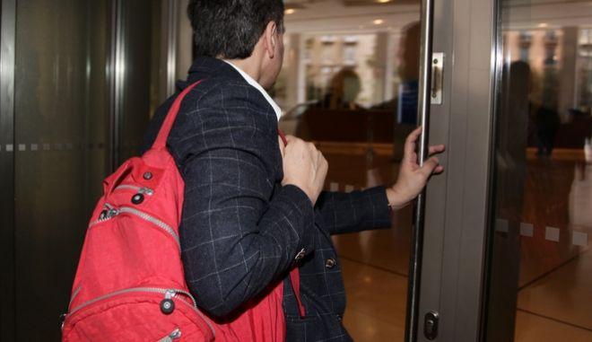 Ο υπουργός Οικονομικών Ευκλείδης Τσακαλώτος κατα την είσοδο του στο ξενοδοχείο Hilton για την συνέχιση των διαπραγματεύσεων με τους εκπροσω΄πους των δανειστών την Πέμπτη 9 Μαρτίου 2017. (EUROKINISSI/ΓΙΑΝΝΗΣ ΠΑΝΑΓΟΠΟΥΛΟΣ)