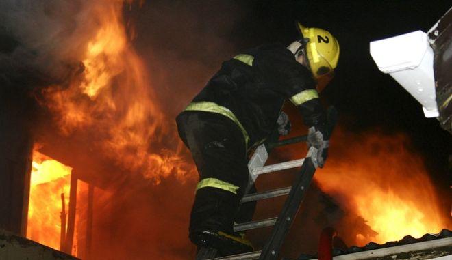 Πυροσβέστης επιχειρεί για την κατάσβεση φωτιάς στη Χιλή. Φωτό αρχείου.