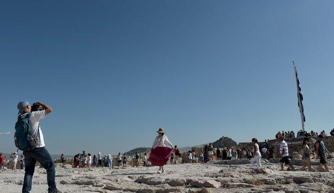 Ο καλός καιρός και οι υψηλές θερμοκρασίες αν και έχουμε μπεί στο Φθινόπωρο,κρατούν ακόμη τους τουρίστες στην Αθήνα,που το φετινό καλοκαίρι είχε ρεκόρ σε επισκεψιμότητα τουριστών.Στιγμιότυπα από τον βράχο της Ακρόπολης νωρίς το πρωί,Παρασκευή 15 Σεπτεμβρίου 2017 (ΤΑΤΙΑΝΑ ΜΠΟΛΑΡΗ/EUROKINISSI)