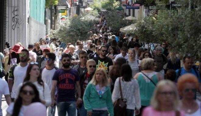 Πλήθος κόσμου στον πεζόδρομο της Ερμού την Κυριακή των Βαΐων 24 Απριλίου 2016. Αυξημένη ήταν η κίνηση με τον κόσμο να συρρέει στον κεντρικό εμπορικό δρόμο της πόλης για να κάνει τις αγορές του, εκμεταλλευόμενο και τον καλό καιρό. Ανοιχτά ήταν όλα τα εμπορικά καταστήματα, τα εμπορικά κέντρα και τα πολυκαταστήματα σε όλη τη Ελλάδα.  (EUROKINISSI/ΣΤΕΛΙΟΣ ΣΤΕΦΑΝΟΥ)