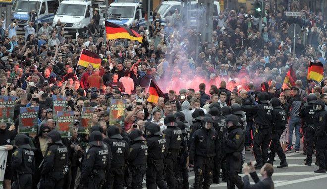 Ακροδεξιοί διαδήλωσαν στο Chemnitz, της Γερμανίας, μετά τη δολοφονία ενός 35χρονου από έναν Ιρακινό και έναν Σύρο, απαιτώντας την έξοδο των ξένων από την πόλη (AP Photo/Jens Meyer)