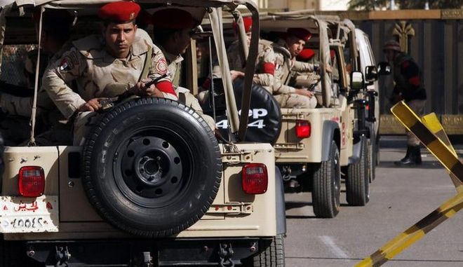 Soldiers in a convoy secure a military funeral ceremony of security personnel killed in attacks in Sinai, outside Almaza military airbase where the funerals were held, in Cairo, January 30, 2015. Islamic State's Egyptian wing has claimed the killing of at least 30 soldiers and police officers in the Sinai Peninsula. The four separate attacks on security forces in North Sinai on Thursday night were among the bloodiest in years and the first significant assault in the region since the most active Sinai militant group swore allegiance to IS in November.     REUTERS/Asmaa Waguih (EGYPT - Tags: POLITICS CIVIL UNREST MILITARY OBITUARY)
