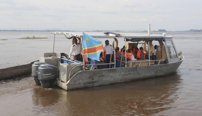 Διασώστες επιβαίνουν σε σκάφος στην Kinshasa της Λαϊκής Δημοκρατίας του Κονγκό