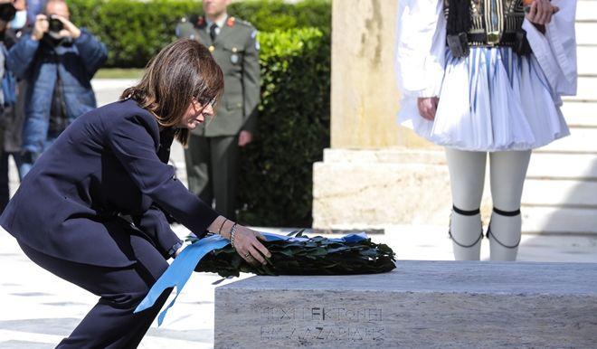 Κατάθεση στεφάνου από την Πρόεδρο της Δημοκράτιας Αικατερίνη Σακελλαροπούλου στο Μνημείο του Άγνωστου Στρατιώτη
