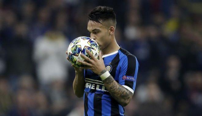 Ο παίχτης της Inter Lautaro Martinez φιλάει τη μπάλα του Champions League