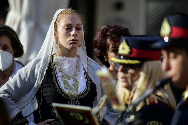 Γυναίκα με παραδοσιακή κρητική ενδυμασία αποχαιρετά συγκινημένη τον κορυφαίο μουσικοσυνθέτη Μίκη Θεοδωράκη