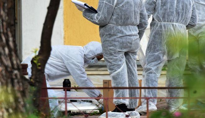 Πυροτεχνουργοί του Τμήματος Εξουδετέρωσης Εκρηκτικών Μηχανισμών, ερευνούν το σημείο όπου εξουδετερώθηκε ο εκρηκτικός μηχανισμός που είχε τοποθετηθεί σε πάρκο που βρίσκεται πίσω από το Αστυνομικό Τμήμα της Δάφνης, στην οδό Λυσίππου το Σάββατο 25 Φεβρουαρίου 2017.  (EUROKINISSI/ΑΝΤΩΝΗΣ ΝΙΚΟΛΟΠΟΥΛΟΣ)