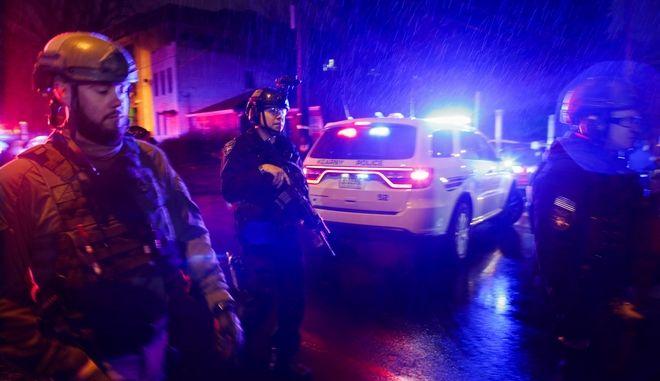 Πάνοπλοι αστυνομικοί στο σημείο