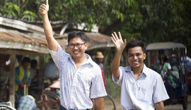Η στιγμή της απελευθέρωσης των δύο δημοσιογράφων που κρατούνταν επί 16 μήνες