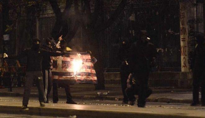 Συνελήφθη ο νεαρός που έκαψε την ελληνική σημαία