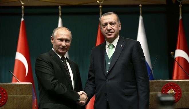 Η χειραψία Πούτιν -Ερντογάν κατά την επίσκεψη του Ρώσου προέδρου στην Άγκυρα τον Δεκέμβριο