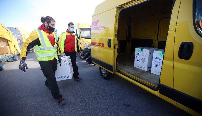 Τρίκαλα: Παραδόθηκανστο νοσοκομείο οι πρώτες δόσεις εμβολίων
