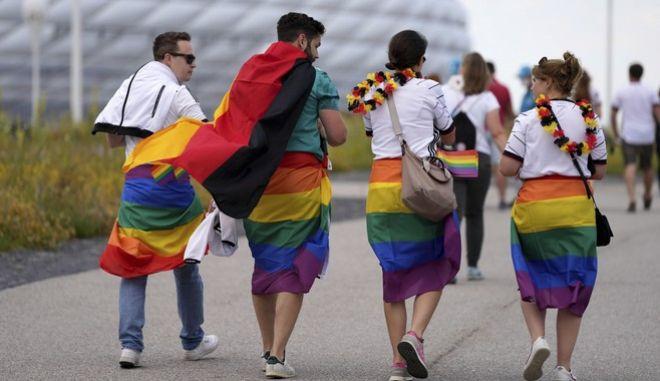 Γερμανοί φίλαθλοι, με ΛΟΑΤΚΙ+ σημαίες, πριν τον αγώνα μεταξύ της Γερμανίας και της Ουγγαρίας έξω από την Allianz Arena