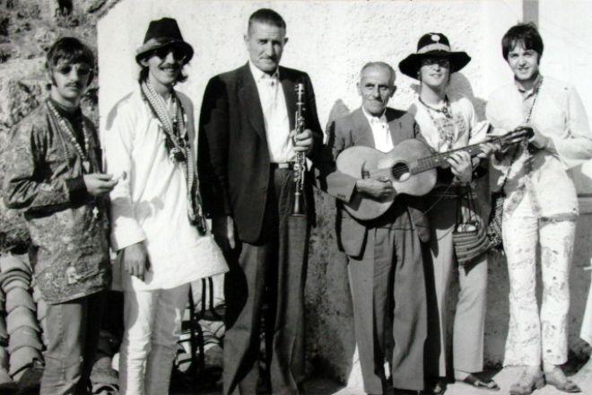 Οι Beatles στην Αράχοβα. Η λεπτομέρεια που λίγοι εντοπίζουν στην φωτογραφία