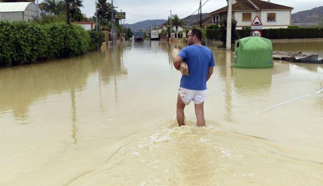 Πλημμυρισμένοι δρόμοι στη νοτιοανατολική Ισπανία.