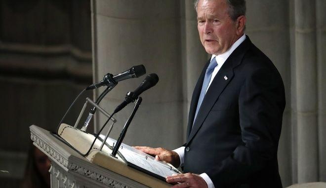 Ο πρόεδρος των ΗΠΑ από το 2000 ως το 2008, Τζορτζ Μπους, στην κηδεία του γερουσιαστή Τζον ΜακΚέιν