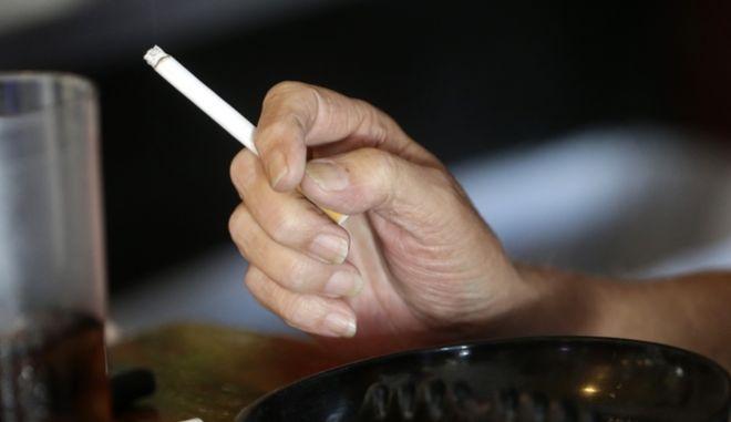 Μια γυναίκα που καπνίζει