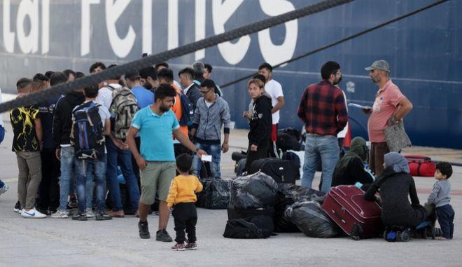 Άφιξη προσφύγων και μεταναστών από την Λέσβο στο λιμάνι του Πειραιά. Φωτό αρχείου.
