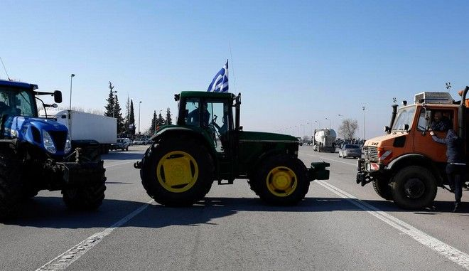 Farmers protesting the new insurance bill promoted by the government closed the highway tolls of Malgara, in Thessaloniki, Greece on January 21 2016. /                    , , 21  2016.