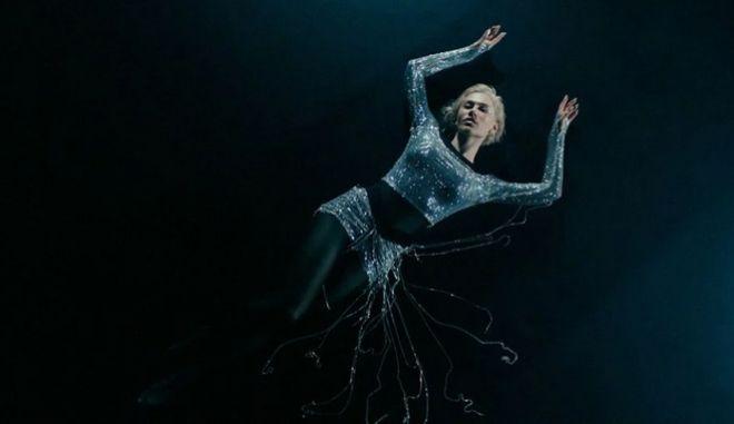 """Η Έλενα Τσαγκρινού σε στιγμιότυπο από το βίντεο κλιπ του """"El Diablo"""""""