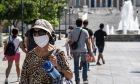 Κόσμος με μάσκες στο κέντρο της Αθήνας
