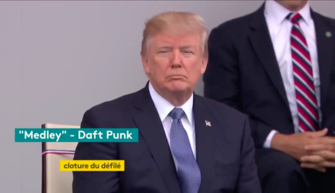 Η μπάντα του γαλλικού στρατού παίζει Daft Punk και ο Τραμπ 'συνοφρυώνεται'
