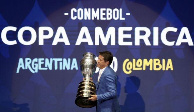 O παλαίμαχος Βραζιλιάνος μέσος, Ζουνίνιο Παουλίστα με το τρόπαιο του Copa America