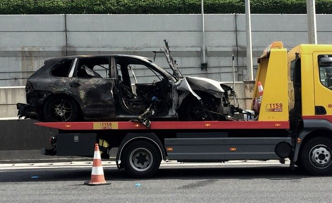 Το καμμένο αυτοκίνητο από το οποίο ανασύρθηκε νεκρός ένας άνδρας στην Αττική Οδό, την Πέμπτη 9 Ιουνίου 2016, στο ύψος του Ηρακλείου, στο ρεύμα προς Ελευσίνα, στην αριστερή λωρίδα κυκλοφορίας. Η Πυροσβεστική έσπευσε στο σημείο με τρία οχήματα και εννέα πυροσβέστες, οι οποίοι κατέσβεσαν τη φωτιά και ανέσυραν νεκρό τον οδηγό.  (EUROKINISSI)