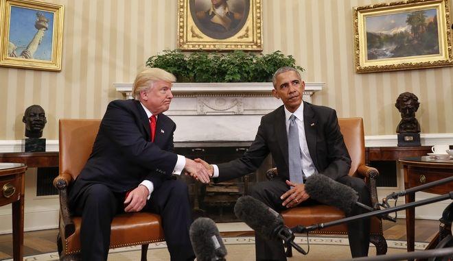 Η χειραψία Τραμπ - Ομπάμα στο Οβάλ Γραφείο του Λευκού Οίκου