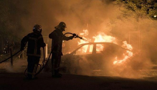 Γαλλία: Νεαρός σκοτώθηκε από αστυνομικό σε έλεγχο - Βίαια επεισόδια