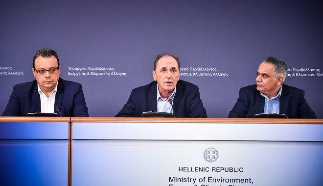 Ο Υπουργός Εσωτερικών, Πάνος Σκουρλέτης, ο Υπουργός Περιβάλλοντος και Ενέργειας, Γιώργος Σταθάκης και ο Αναπληρωτής Υπουργός Περιβάλλοντος και Ενέργειας, Σωκράτης Φάμελλος, πραγματοποιήσαν συνέντευξη Τύπου, στο Υπουργείο Περιβάλλοντος και Ενέργειας (Μεσογείων 119, αμφιθέατρο ισογείου), παρουσιάζοντας δέσμη μέτρων για την επιτάχυνση και απλοποίηση των διαδικασιών αντιμετώπισης πολεοδομικών και περιβαλλοντικών παραβάσεων