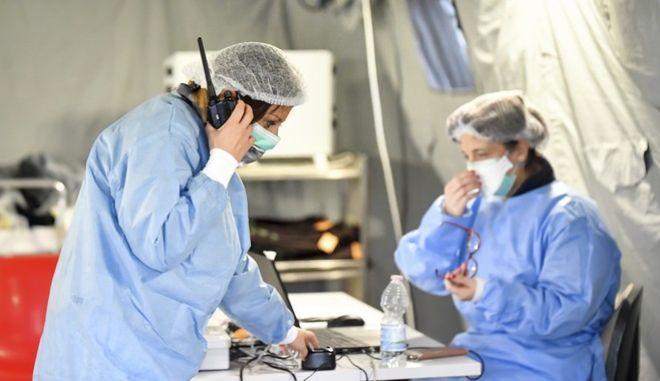 Γιατροί με προστατευτικές μάσκες