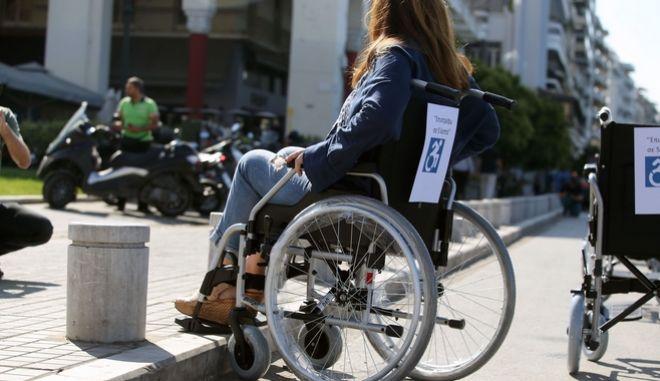Γυναίκα σε αναπηρική πολυθρόνα.