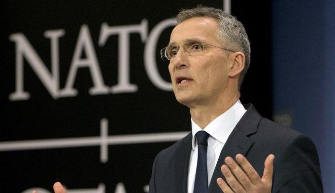 """Το ΝΑΤΟ καλωσορίζει την """"ιστορική συμφωνία"""" στο Σκοπιανό"""