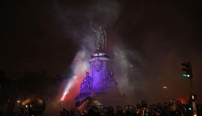 """Στιγμιότυπο από τη διαδήλωση των """"κίτρινων γιλέκων"""" στο Παρίσι"""