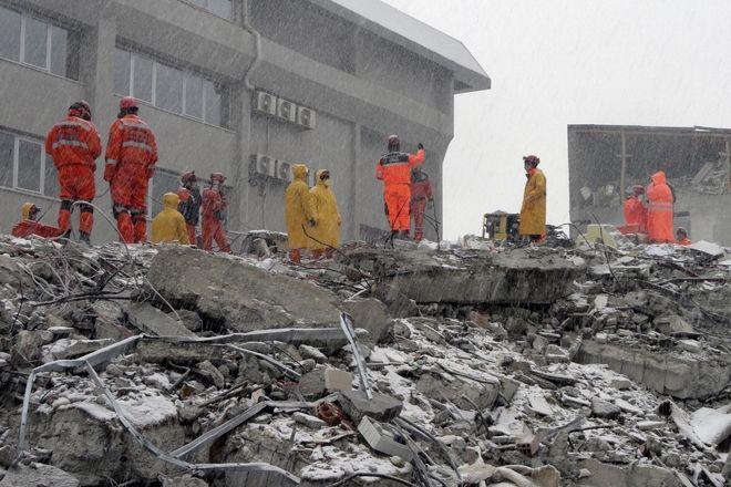 Τούρκοι εργάτες διάσωσης αναζητούν επιζώντες στα ερείπια ενός ξενοδοχείου στο Βαν, Τουρκία, 12 Νοεμβρίου 2011