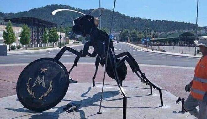 Το άγαλμα μυρμήγκι στα Φάρσαλα