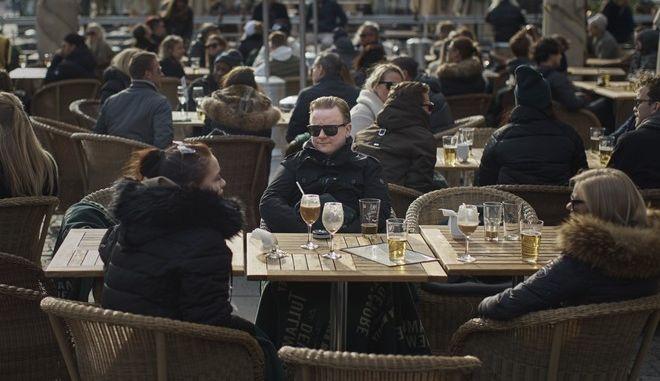 Η Σουηδία επέτρεψε στα καταστήματα εστίασης να μείνουν ανοιχτά