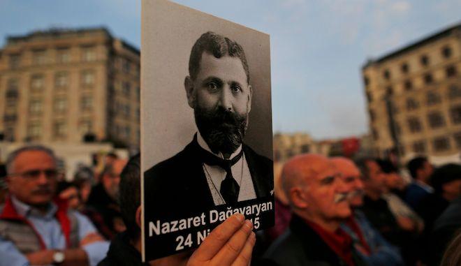 Διαδηλωτές κρατούν πορτρέτα Αρμενίων διανοουμένων την 104η επέτειο γενοκτονίας τους, Κωνσταντινούπολη, 24 Απριλίου 2019
