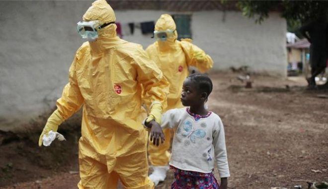 Δοκιμαστικό εμβόλιο για τον Έμπολα αποδείχθηκε 100% αποτελεσματικό
