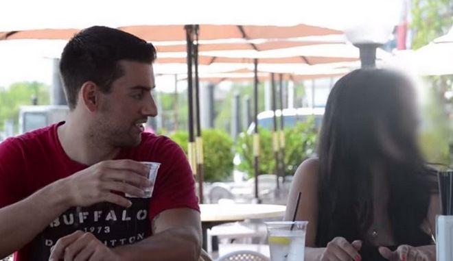 Βίντεο: Πόσο εύκολο είναι να ρίξει κάποιος κάτι στο ποτό σου χωρίς να το αντιληφθείς;