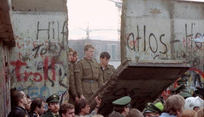 Εικόνα της 11ης Νοεμβρίου 1989 από την πτώση του Τείχους του Βερολίνου