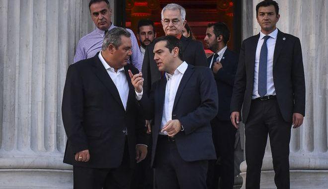 Ο πρωθυπουργός και ο ΥΕΘΑ σε μια σύντομη συνομιλία που είχαν έξω από το Ζάππειο Μέγαρο, Αρχείο