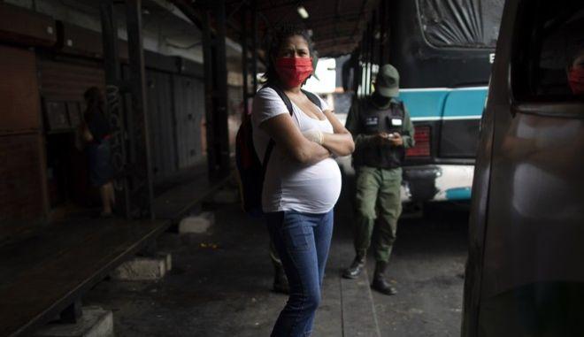 Έγκυος γυναίκα στη Βενεζουέλα