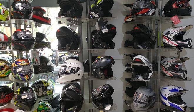 Κράνη σε κατάστημα με αξεσουάρ για μοτοσυκλετιστές