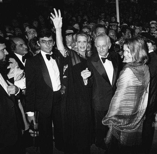 Η Μελίνα Μερκούρη, ο σκηνοθέτης και σύντροφός της, Ζυλ Ντασέν, η Αμερικανίδα ηθοποιός Έλεν Μπέρστεν και ο Έλληνας ηθοποιός Ανδρέας Βουτσινάς φτάνοντας στην προβολή του