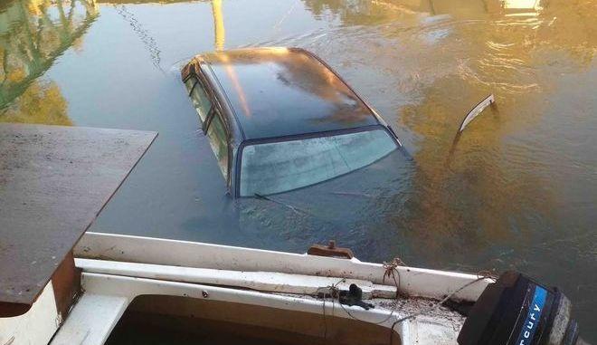 """Απίστευτο τροχαίο στην Αργολίδα: Αυτοκίνητο """"πέταξε"""" πάνω από βάρκες κι έπεσε στο ποτάμι"""